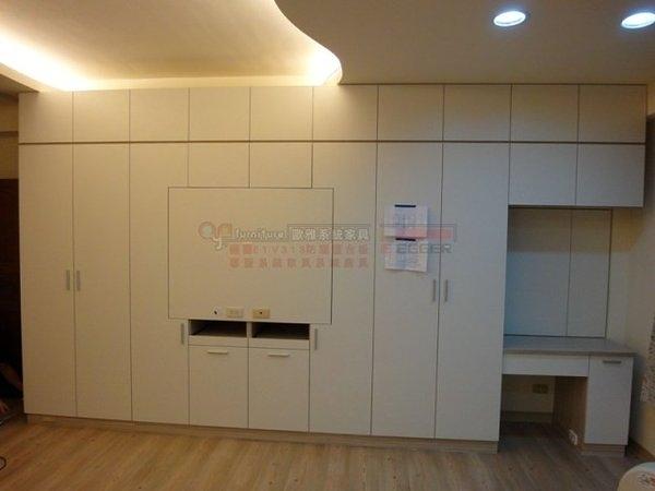 【系統家具】衣櫃加掛電視設計 化妝台 E1V313塑合板