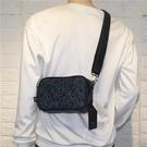 男士斜背包 新品時尚男士單肩包個性男斜挎小包簡約潮流斜跨背包【快速出貨】