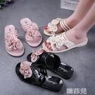沙灘拖鞋 新款韓版時尚甜美果凍水晶塑料PVC女網紅花朵防臭平底沙灘涼拖鞋 韓菲兒