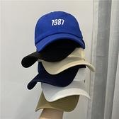 韓系休閒風~ins1987刺繡軟頂白色棒球帽子女百搭情侶鴨舌帽春夏季0 幸福第一站