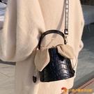 小眾設計包包女質感復古斜挎包網紅時尚石頭紋水桶包【小獅子】
