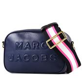 美國正品 MARC JACOBS 浮雕LOGO牛皮拉鍊寬背帶相機包-靛藍【現貨】