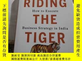 二手書博民逛書店RIDING罕見THE TIGER How to Execute