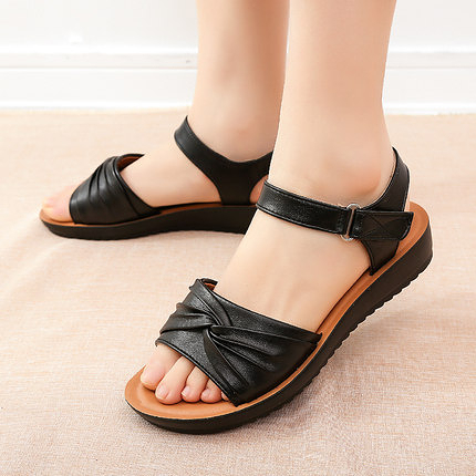 涼鞋女 媽媽涼鞋夏季平底40歲中年防滑軟底舒適中老年奶奶老人女皮鞋