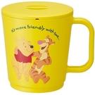 小禮堂 迪士尼 小熊維尼 日製 單耳微波塑膠杯 附蓋 泡麵杯 湯杯 650ml (黃) 4973307-51138