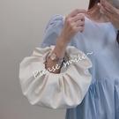 小眾設計褶皺云朵小包包休閑軟皮手提包女圓形斜挎包 安妮塔小舖