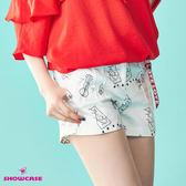 【SHOWCASE】率性塗鴉印花吊飾短褲(白)