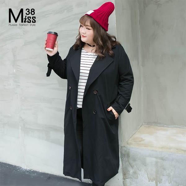 Miss38-(現貨)【A08152】大尺碼風衣 黑色 經典雙排扣 翻領腰帶袖絆 長版大衣 外套-中大尺碼女裝