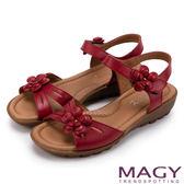 MAGY 休閒時尚 皮革花朵造型楔型涼鞋-紅色