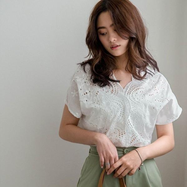 MIUSTAR 甜美圓波交疊領洞洞刺繡棉麻上衣(共1色)【NH1058】預購