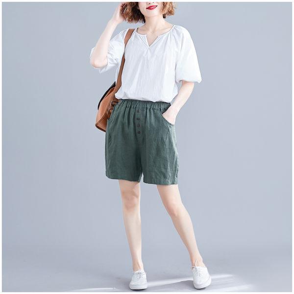 【YOUNGBABY中大碼】鬆緊腰中間四釦好穿涼爽棉麻短褲.軍綠/黑