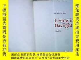 二手書博民逛書店LIVING罕見IN DAYLIGHT VELUX INFLUENCE ON EUROPEAN LIVING. 白