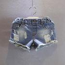 短褲牛仔褲女童寶寶個性有型水洗刷破牛仔褲熱褲短褲。藍色