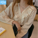 【V3419】shiny藍格子-復古甜美風.荷葉花邊拼接V領長袖襯衫
