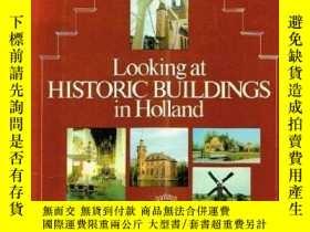 二手書博民逛書店Looking罕見at Historic Buildings i