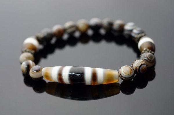 天珠dzi bead的藏語發音,每顆天眼都紋路自然,黑白分明炯炯有神的般若金剛神眼趨吉避兇。A144