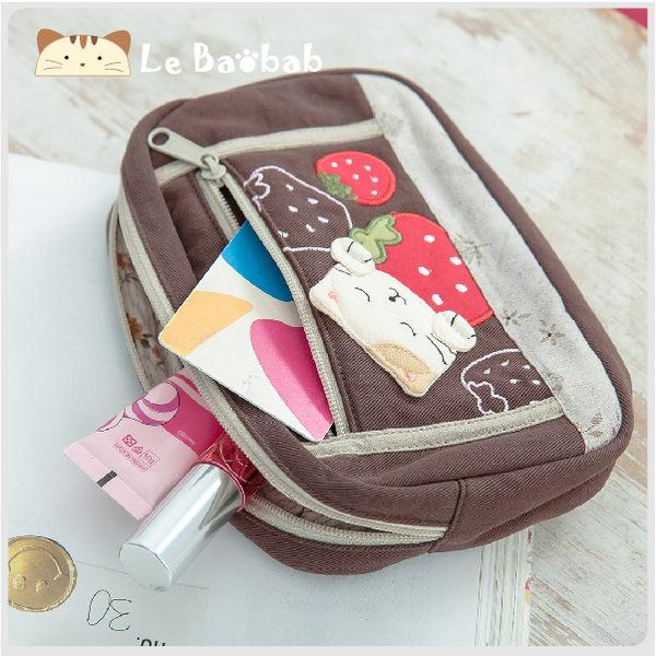 化妝包~雅瑪小舖日系貓咪包 啵啵貓愛吃草莓化妝包/護照夾/收納袋/拼布包包