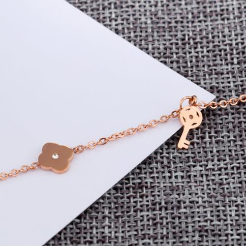《 QBOX 》FASHION 飾品【B100N026】 精緻秀氣鑰匙幸運草玫瑰金316L鈦鋼腳鍊/腳環