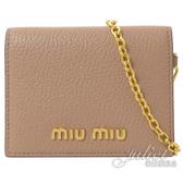 茱麗葉精品【全新現貨】 MIU MIU 5MC320 浮雕LOGO山羊皮扣式卡夾.裸 (附鍊條)