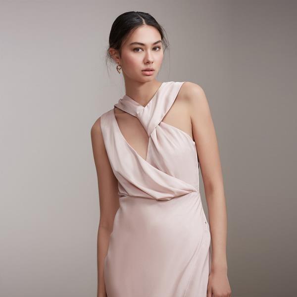 【南紡購物中心】《D Fina 時尚女裝》 不規則小V領 鏤空後背深V開叉禮服洋裝