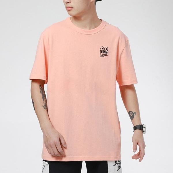 PUMA 上衣 短T DOWN TOWN 橘粉 大眼睛LOGO T恤 短袖 男 (布魯克林) 53133526