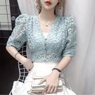 蕾絲上衣 繡花鏤空蕾絲襯衫女夏時尚氣質洋氣V領泡泡短袖短款上衣-Ballet朵朵