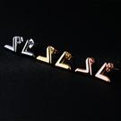 《 QBOX 》FASHION 飾品【E100N345】精緻氣質立體V字316L鈦鋼插式耳環-金/銀/玫瑰金(防過敏)
