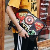 新款韓版街頭潮男手拿包鉚釘印花圖案手抓包潮流街頭休閒單肩包潮