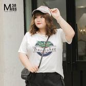 Miss38-(現貨)【A03196】大尺碼短袖上衣 白色植物印花 ins潮T 圓領字母T 純棉彈力 寬鬆休閒-中大尺碼