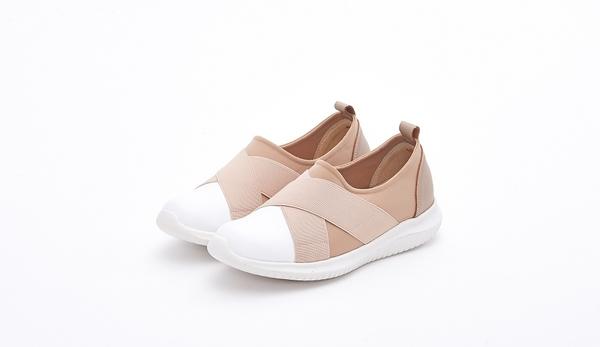 MICHELLE PARK 輕鬆時尚交叉造型真皮超輕平底休閒鞋-卡其