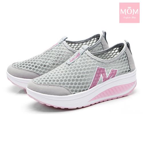 百搭時尚透氣網面M字造型美腿搖搖休閒鞋 運動鞋 灰 *MOM*
