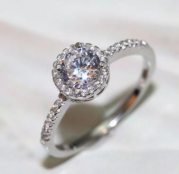 S925銀一克拉鉆戒女士仿真莫桑求婚戒指不掉色鋯石情侶結婚鉆石 限時8折鉅惠