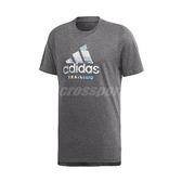 adidas 短袖T恤 FreeLift 360 Graphic Logo Tee 灰 藍 男款 直筒剪裁 三條線 【ACS】 DV2494