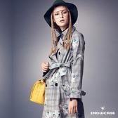 【SHOWCASE】英倫風刺繡格紋雙排釦修身長版風衣外套(灰)
