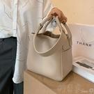 水桶包 簡約女士包包流行新款潮時尚百搭側背包腋下包網紅手拎水桶包 盯目家