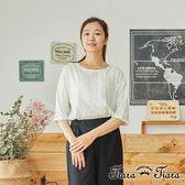 【Tiara Tiara】百貨同步aw 蕾絲壓摺花紋圓領5袖上衣(白/藍)