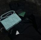 ■現貨在台■專櫃77折■Bottega Veneta 全新真品 578004 Cassette Maxi Nappa 寬編織肩背包 亞麻藍