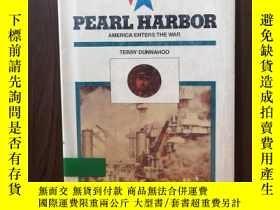 二手書博民逛書店Pearl罕見Harbor: America Enters the War (Twentieth Century