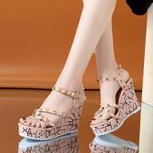 大碼坡跟涼鞋 新款夏涼鞋超高跟女坡跟露趾鉚釘厚底涼鞋防水臺百搭宴會女鞋 qf22387『紅袖伊人』