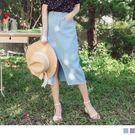 粉嫩戀愛氣息的色調,搭配A字剪裁,修飾臀腿線條,展現自信迷人的時尚美感