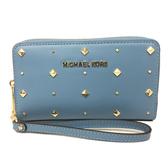 【Michael Kors】立體金屬英文LOGO 皮革鉚釘裝飾ㄇ型拉鍊中夾手機包(藍)
