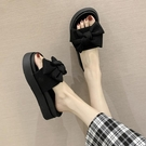 增高拖鞋 厚底增高涼拖鞋女外穿海邊度假鬆糕鞋新款夏季蝴蝶結一字拖-Ballet朵朵