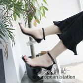 涼鞋/夏季新款韓版粗跟露趾一字扣時尚走秀透明高跟鞋中跟「歐洲站」