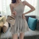 洋裝 時尚韓版設計感斜肩露肩吊帶收腰氣質顯瘦夏季女百褶荷葉邊連衣裙 歐歐