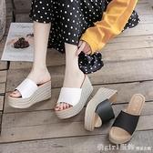 拖鞋 厚底楔形一字涼拖鞋女外穿夏季高跟防水台厚底鬆糕魚嘴涼鞋顯高不崴腳 618購物節