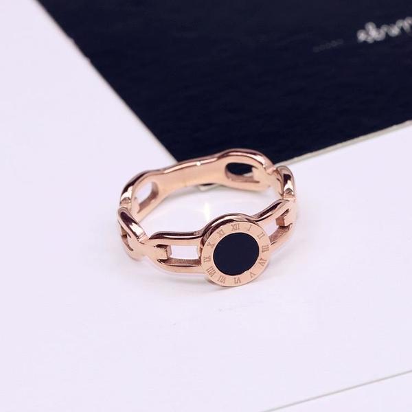 鈦鋼鍍18K玫瑰金黑色圓羅馬數字表帶款戒指指環女保色戒子食指戒1入