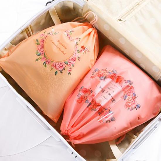 印花整理抽繩收納袋(中號27x32) 單入 旅行拉繩束口袋衣物 整理袋【P631】米菈生活館