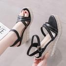 厚底防水台女夏季新款坡跟涼鞋10cm韓版露趾鉚釘一字扣帶高跟鞋子【快速出貨】