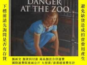 二手書博民逛書店英文原版罕見Danger at the Zoo:A Kit My
