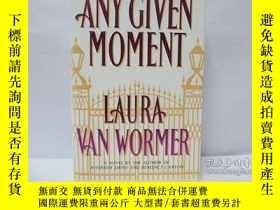 二手書博民逛書店any罕見given moment: laura van wor